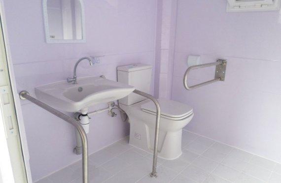 215x215 prenosná toaletná kabína pre vozíčkarov