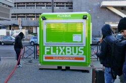 Stánky na predaj lístkov Flixbus z Karmodu